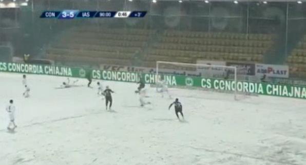 """Futbolli i fundit që mendohet! Qaka shfrytëzon fushën e """"Hockey"""", shënohen 9 gola për 3 pikë"""