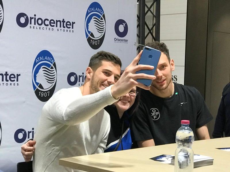 """Selfie dhe autografe, Etrit Berisha """"pushtohet"""" nga tifozët te Atalanta: Sa mirë që jemi këtu!"""