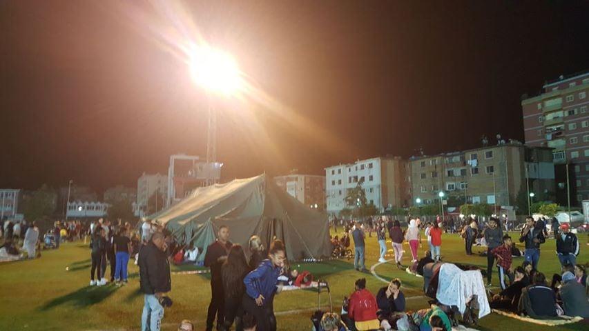 """Paniku i madh në Shqipëri, njerëzit kalojnë natën në stadiumin """"Niko Dovana"""""""