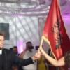 VIDEO/ Me flamurin shqiptar dhe këngë patriotike, Ermir Lenjani nuk ndryshon as në dasmë